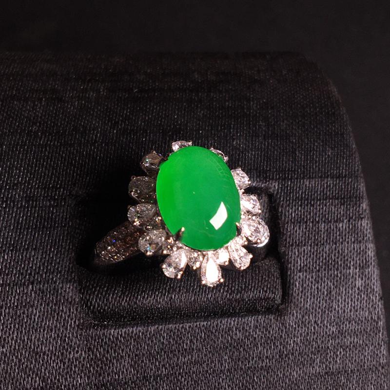 18k金满钻镶嵌阳绿蛋面戒指,细腻饱满,质地润泽,翠色浓郁,种色浓阳,裸石:12*8*4.5,整体: