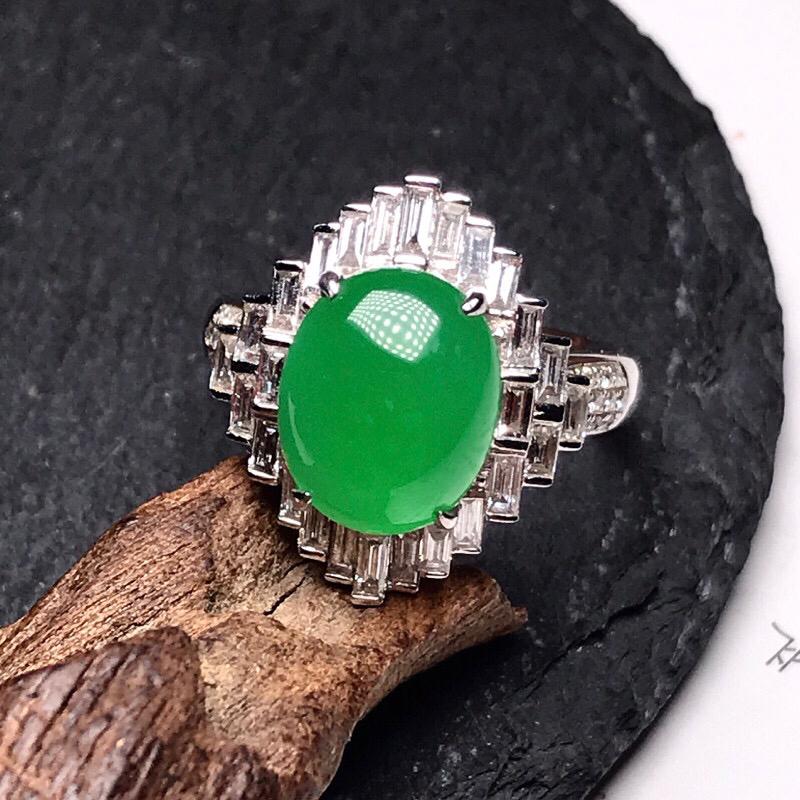收藏推荐冰阳绿女士大戒指。款式豪华时尚,大钻镶嵌,戒面形状饱满圆润,冰感十足,晶莹透亮,纯正阳绿