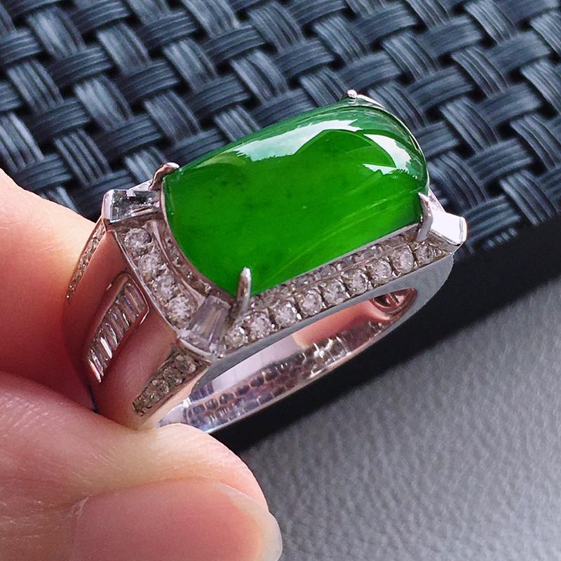 #自然光实拍# 满绿马鞍戒指 玉质细腻,种老起胶,上手效果很赞。18k金天然钻石镶嵌。裸石:15.3
