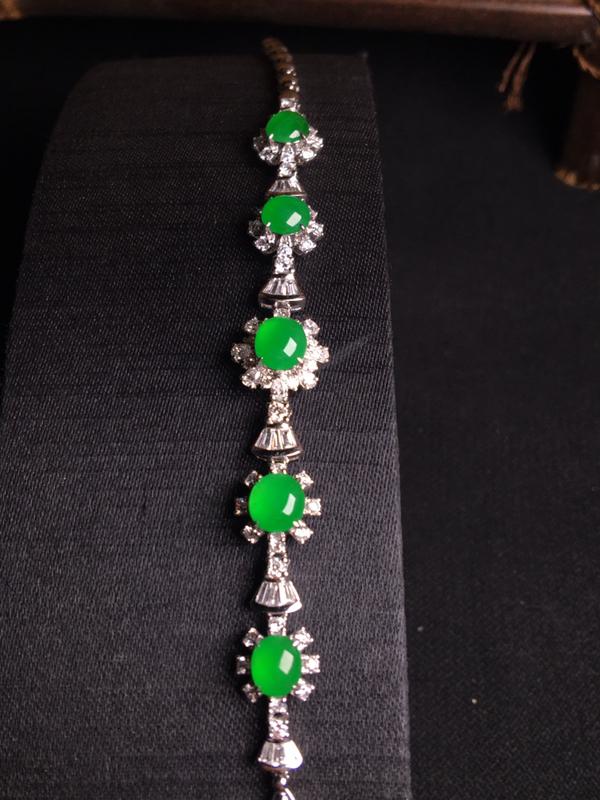 18k金伴钻镶嵌阳绿蛋面手链,精致时尚,细腻冰透,种好通透,翠色浓郁,种色浓匀,佩戴优雅大方,裸石:
