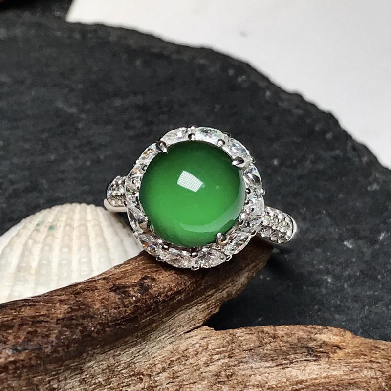 收藏推荐老坑高冰种满绿女士戒指。形状很好,颜色属于很深邃迷人的碧绿色泽,种质上佳,均匀透亮,冰感