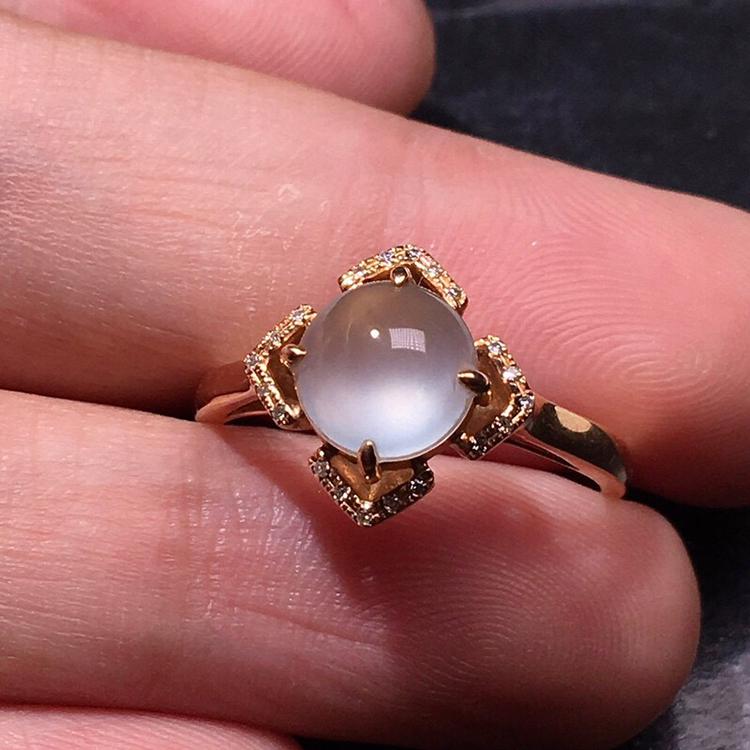 力荐款老坑玻璃种翡翠蛋面女戒指,品相佳,18k金钻镶嵌而成,种水上乘,冰胶感十足,荧光四射,晶