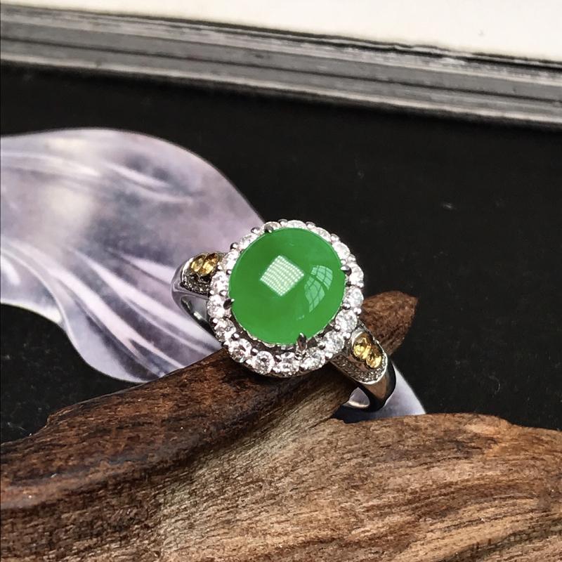 收藏推荐冰种阳绿女士戒指。很纯正的阳绿颜色,难得一见。色调明亮,娇艳动人,冰感十足,通透起光,胶