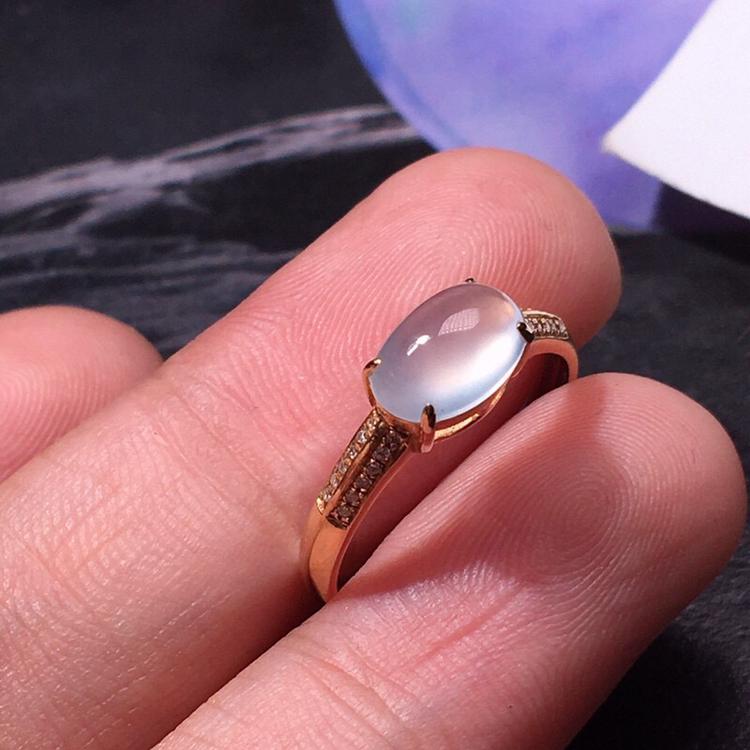 力荐款老坑玻璃种翡翠蛋面女戒指,18k金钻豪话镶嵌而成,佩戴效果出众,尽显气质。种水很好,冰胶