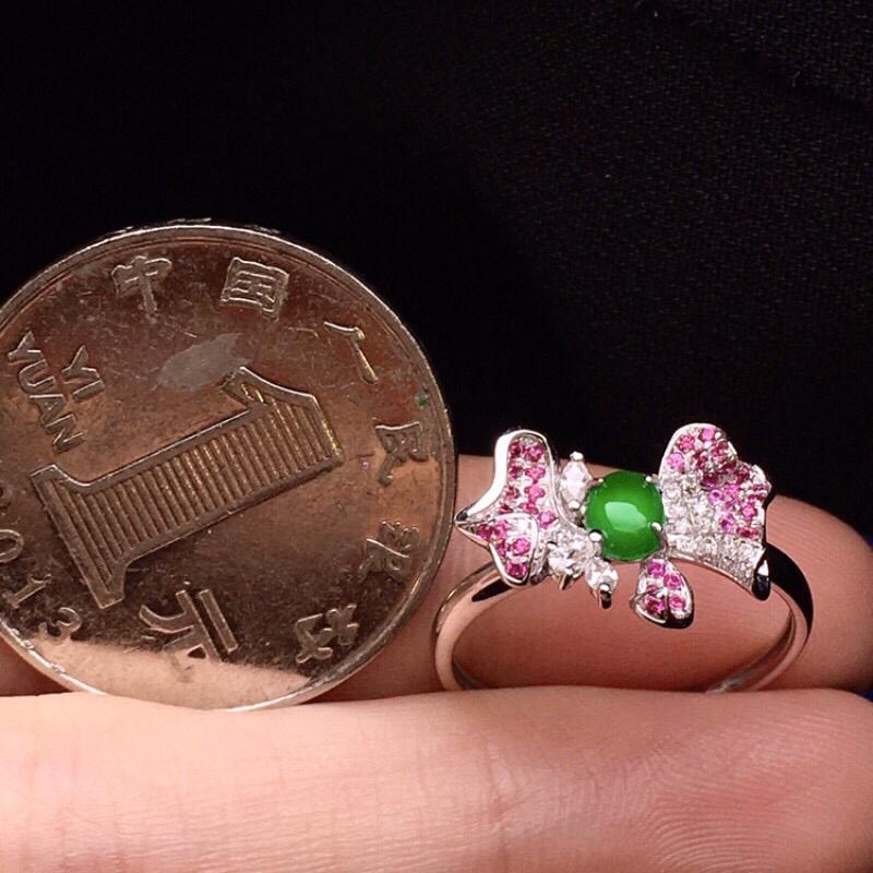 18K金钻镶嵌翠绿小蛋面花形戒指 玉质圆润细腻 色泽艳丽 搭配宝石镶嵌 款式时尚高贵 上手唯美亮眼 圈口13整体尺寸14.3*10.6*4裸石4.5*3.6*2