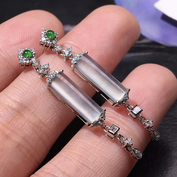 严选推荐老坑玻璃种耳坠,18k金钻豪华镶嵌而成,品相很好,佩戴效果出众,尽显气质。种水无可挑剔