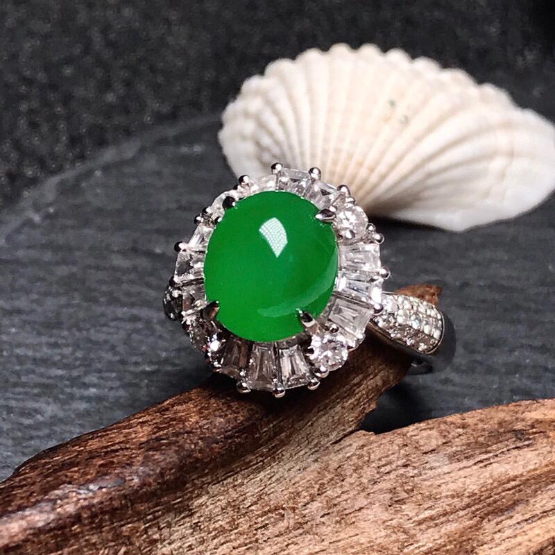 行家货冰种浓阳绿女士戒指。质地非常细腻,能达到这样种地的绿戒相当难得,很浓郁纯正的色泽,上手晶莹