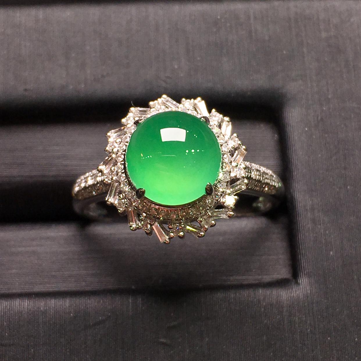 冰阳绿蛋面女戒指,18k金豪华镶钻,无纹无裂,种好色好,质量杠杠的,性价比超高