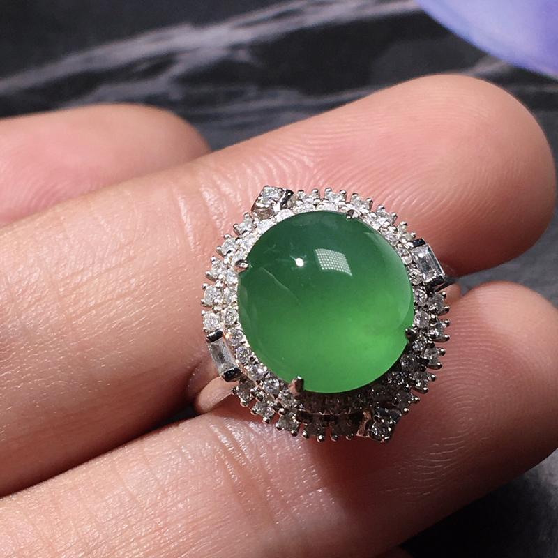 严选推荐老坑冰种满绿色翡翠蛋面女戒指,裸石形体正,饱满圆润,18k金钻豪华镶嵌而成,佩戴效果出