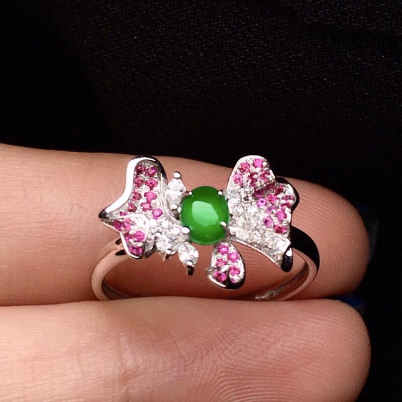 18K金钻镶嵌翠绿小蛋面花形戒指 玉质圆润细腻 色泽艳丽 搭配宝石镶嵌 款式时尚高贵 上手唯美亮眼