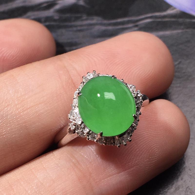 严选推荐老坑冰种阳绿色翡翠蛋面女戒指,品相很好,18k金钻镶嵌而成,佩戴效果出众,尽显气质。种