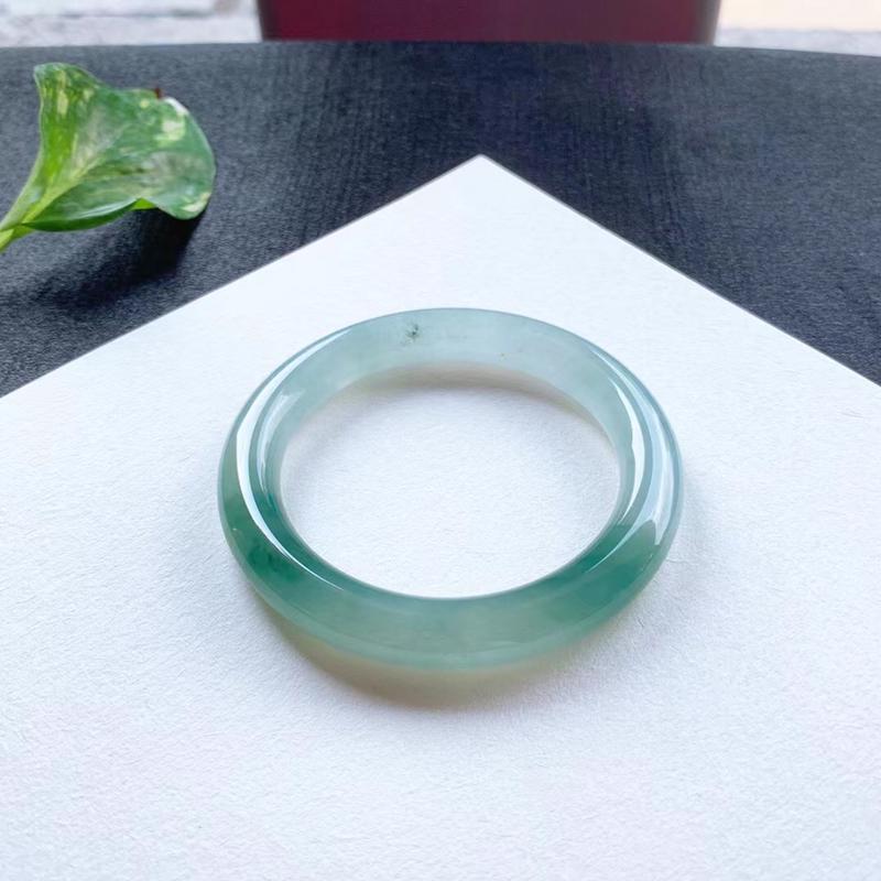 老坑芙蓉绿圆条手镯,尺寸53.5*10*10 老坑种水,纯净细腻,通透明亮,水润光泽,花色灵动飘逸!
