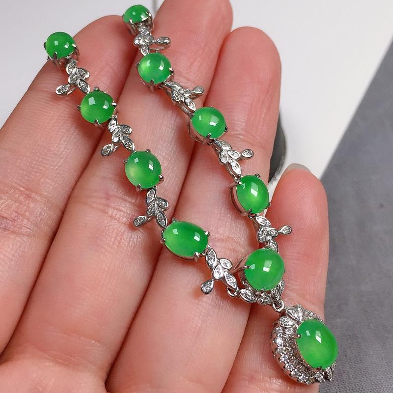 冰种翠绿翡翠项链,种水好,玉质冰透起光,色泽清新亮丽,尺寸:6.6-5.5-3