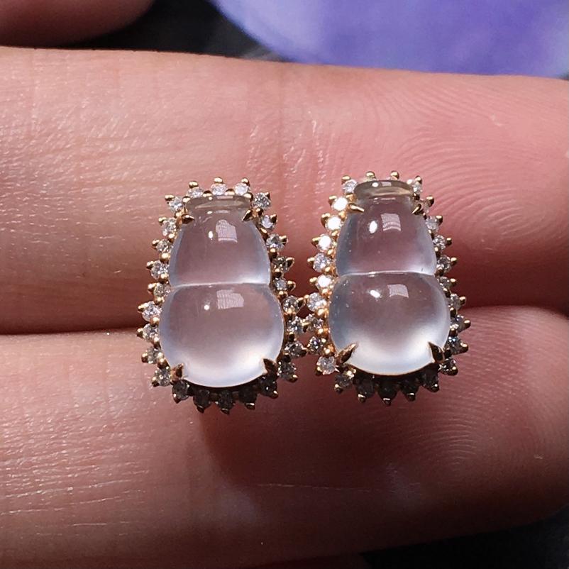 严选推荐老坑玻璃种翡翠葫芦耳钉,18k金钻镶嵌而成,品相很好,佩戴效果出众,尽显气质。种水无可