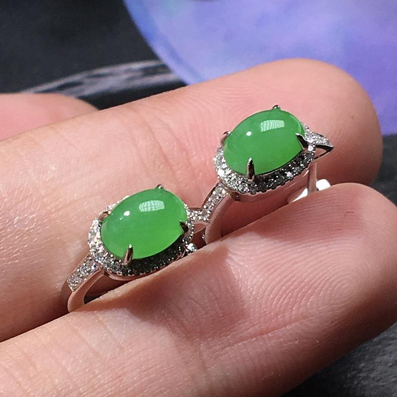 严选推荐老坑高糯冰种阳绿色翡翠蛋面耳钉,品相佳,冰胶感十足,起强玻璃光泽。18k金钻镶嵌而成,