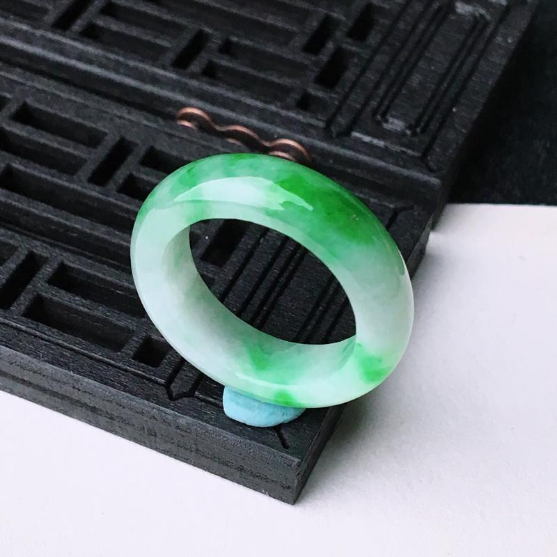 【超低价放漏】冰润飘绿素面戒指  尺寸17.1*6*3.7mm  水头好,料子细腻,色泽艳丽