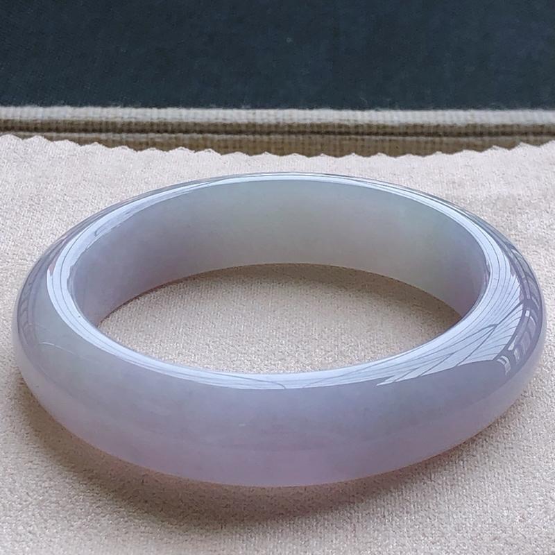 签收送翡翠平安环吊坠️糯化种翡翠春彩宽条手镯,圆润厚实,亮丽秀气,种水佳,颜色好,上手佩戴效果知性优雅,尺寸54.2*14.1*9.1mm,重量:71.00g。54圈口可戴。