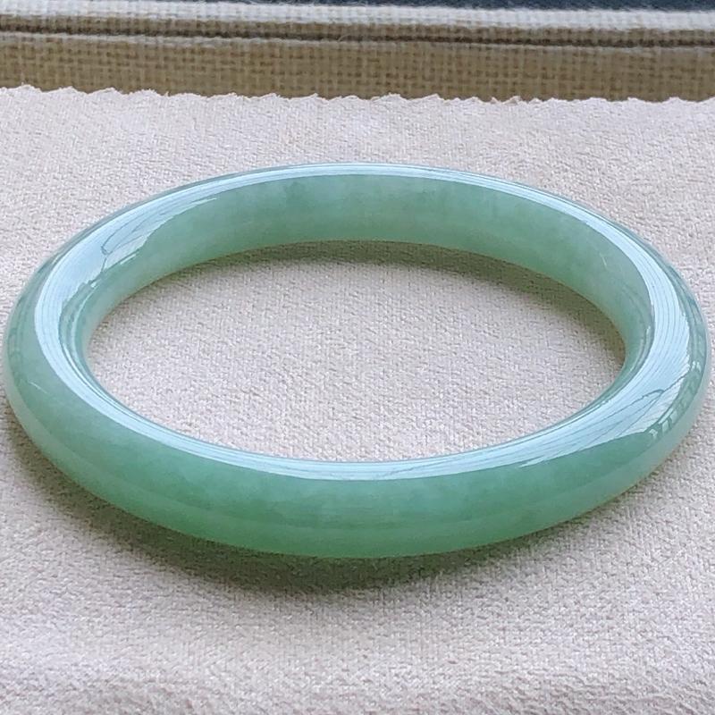 签收送翡翠平安环吊坠️️️糯化种翡翠满绿圆条手镯,圆润厚实,亮丽秀气,种水佳,颜色好,上手佩戴效果知性优雅,尺寸54.5*8.4*8.3mm,重量:38.50g。54-56圈口可戴