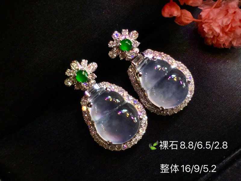 强刚玻璃种葫芦耳钉 祥云瑞彩的美 晶莹剔透 佩戴尽是灵气 非常美的品质 性价比新品