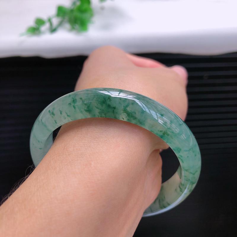 正圈54.6mm,冰糯种飘绿花正圈翡翠手镯,①⑧  质地水润,飘绿灵动,佩戴优雅端庄