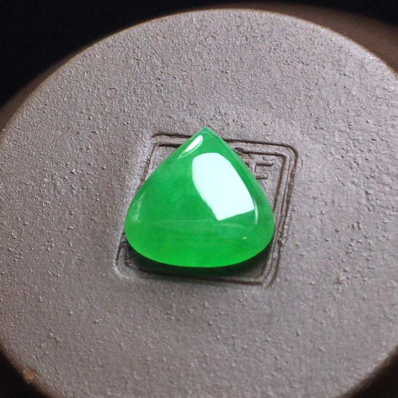 冰绿水滴裸石,底子细腻,色泽漂亮,无裂,干净起光,饱满圆润。尺寸:10.0-9.7-3.1
