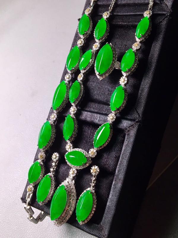 一套,冰阳绿马眼套装,项链手链戒指耳坠。色辣,实物更好看,饱满,裸石尺寸戒指14/8.3/5耳