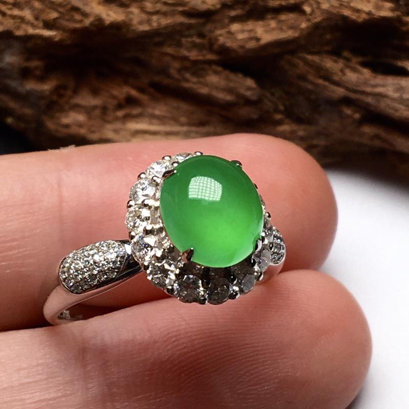 冰种满绿戒指。种水很好,非常纯净,质地细腻,冰润起胶,荧光感强烈。颜色艳丽,上手效果很好。18K金钻