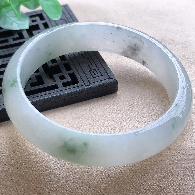 圈口58.2mm,自然光实拍,飘花正圈翡翠玉手镯,玉质细腻,水润灵动,通透,种水好,视觉素雅柔美