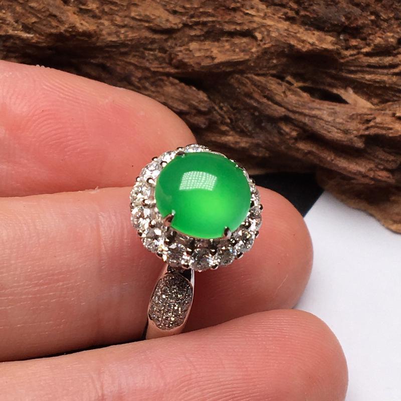 冰种满绿戒指,蛋面冰润通透,细腻起胶,晶莹闪亮。市面少有,实物颜色更好看,收藏品质,强烈推荐入手。1