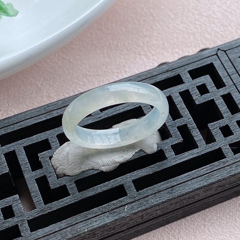 户外实拍展示冰晴戒指,精美水润,玉质细腻,种水足,起荧光,雕工精细!尺寸18.4*4.4*2.