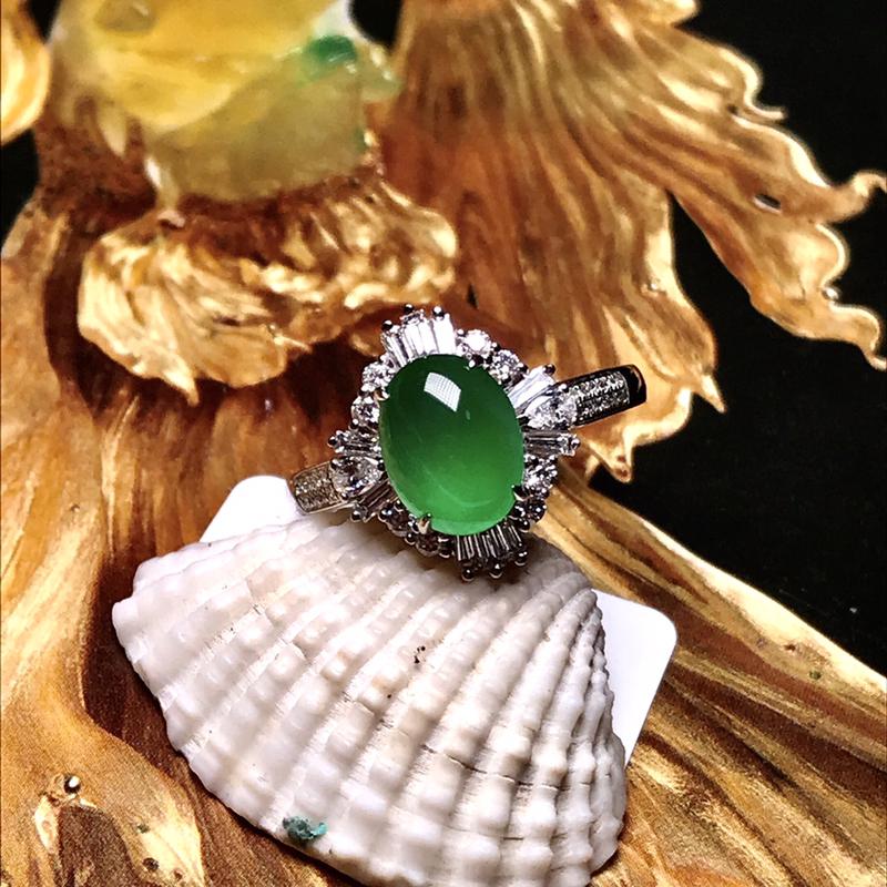 收藏推荐老坑高冰种满绿女士戒指,质地冰润细腻,种老起胶,种水上乘,颜色非常均匀,翠色动人,上手效