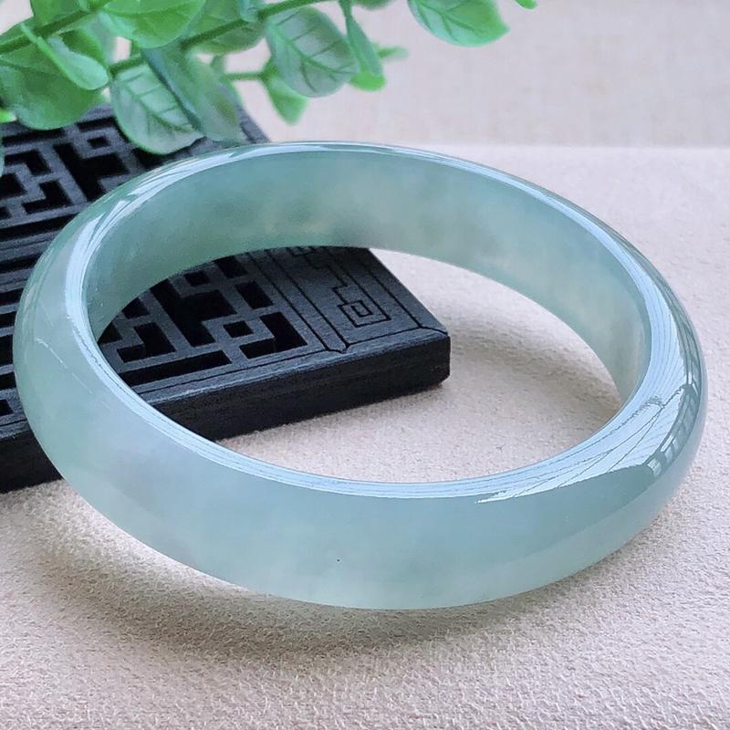 圈口57.1mm,自然光实拍,冰蓝刚正圈翡翠手镯,玉质细腻,冰润灵动,种水好,通透冰润,色泽好,