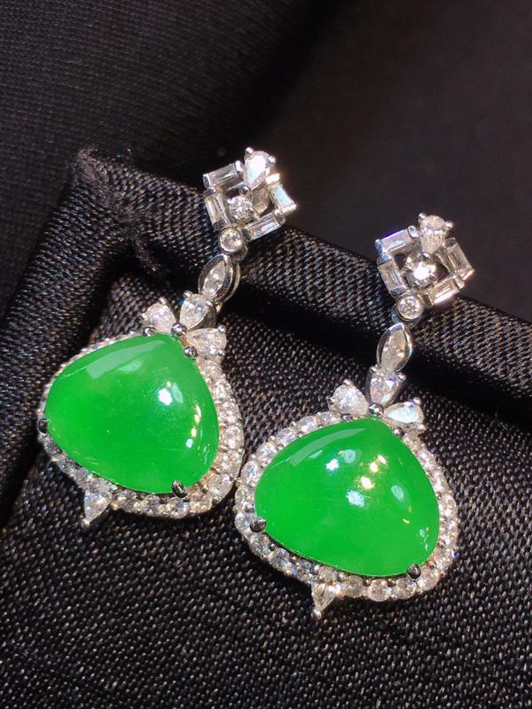 满绿心形耳坠,色泽均匀靓丽,冰透,料子清爽,18k金镶嵌钻石