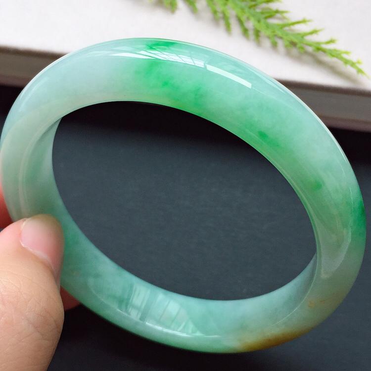 正圈56.1mm,糯化种阳绿手镯,底子细润,生机盎然