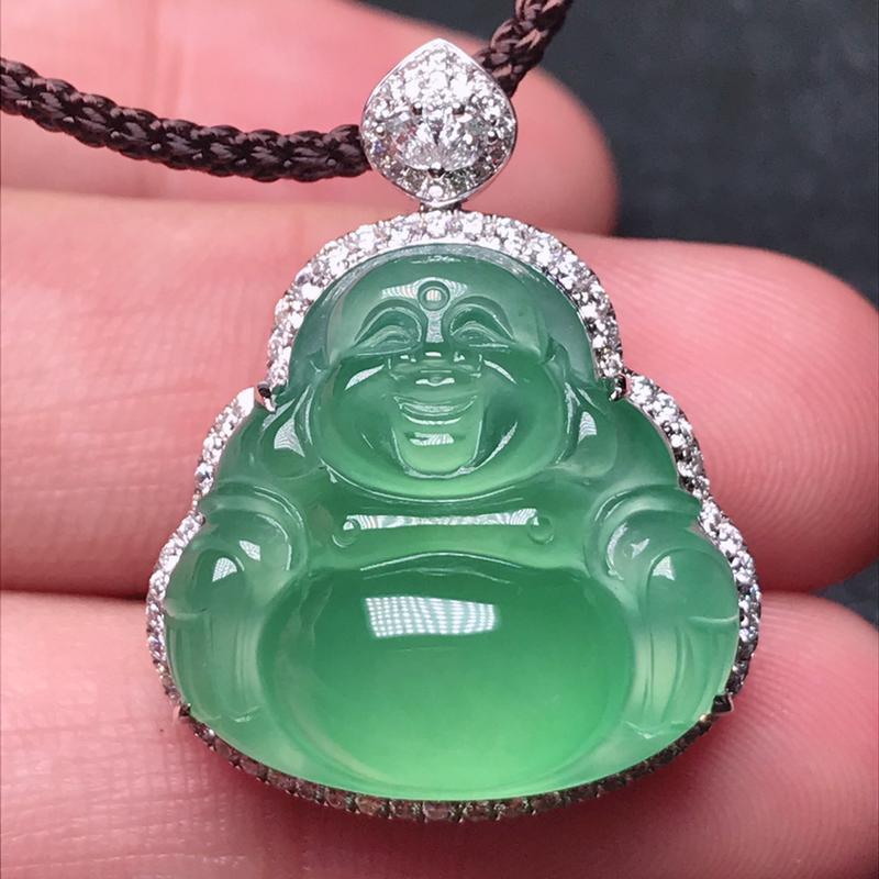 诚意推荐老坑高冰近玻璃晴绿色正装佛公吊坠挂件,颜色纯正鲜艳,相当迷人。裸石相当厚装。18K金豪