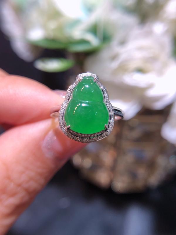 飘绿翡翠葫芦戒指 雕工精细 颜色鲜艳 飘绿惹眼 整体:12*15*7 裸石:9*11.7*3.3