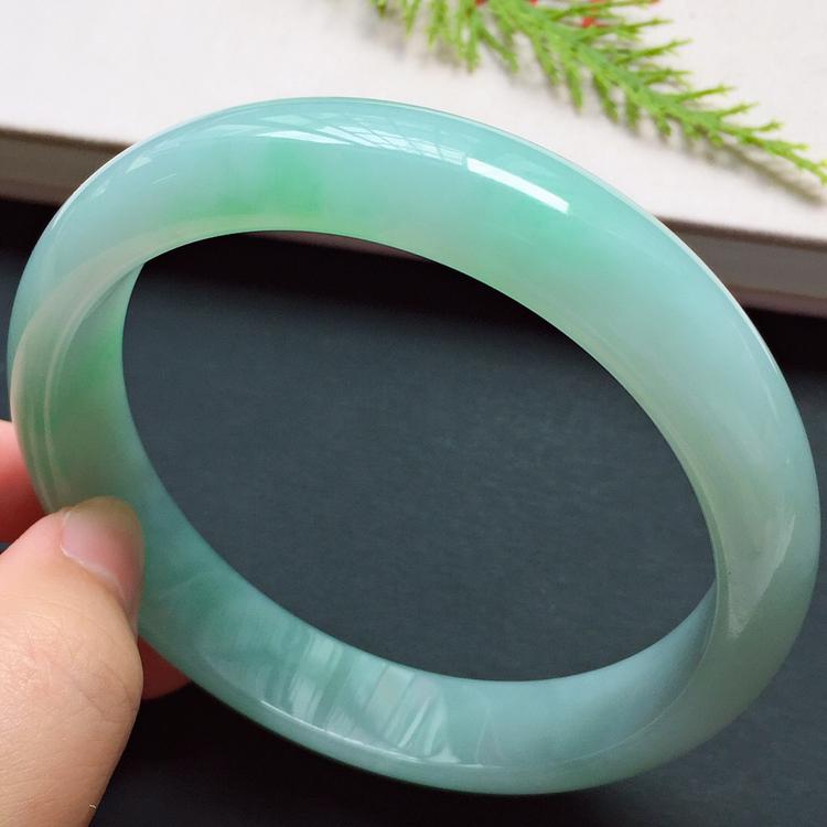 正圈67.8mm,糯化种淡绿大圈口手镯,底子细润,清新贵气