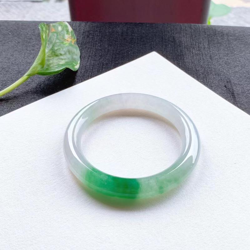 老坑种飘绿圆条手镯,尺寸58.5*10.5*10.5 老种,通透冰莹,清润水足,底子干净清爽,翠色鲜