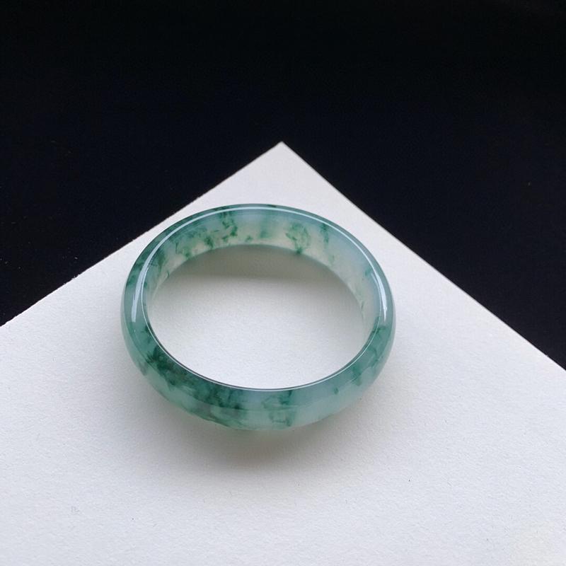 水润飘花贵妃手镯56.2mm质地细腻,种好水润,清秀高雅, 佩戴效果优雅迷人