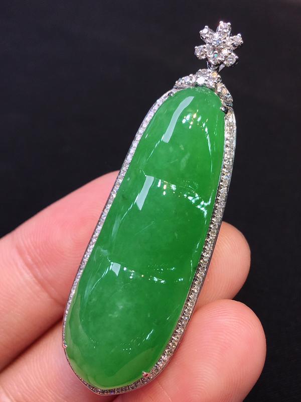 品质优选辣绿满色四季豆18K金伴钻豪华镶嵌吊坠,玉石尺寸:40.0*13.5*6.5mm