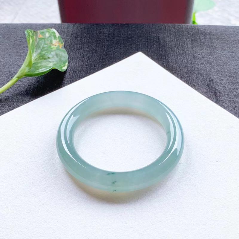 老坑蓝水底飘花圆条手镯,尺寸56.5*11*11 老种,纯净细腻,通透冰莹,胶润无比,种色相融,淡雅