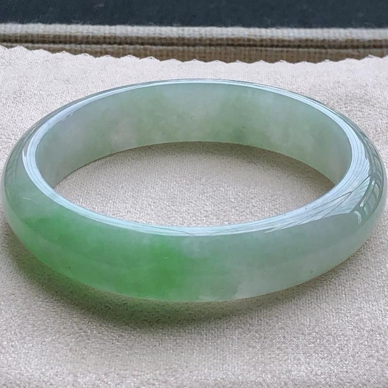 签收送翡翠平安环吊坠️糯化种飘绿翡翠宽条手镯,圆润厚实,亮丽秀气,种水佳,上手佩戴效果知性优雅,尺