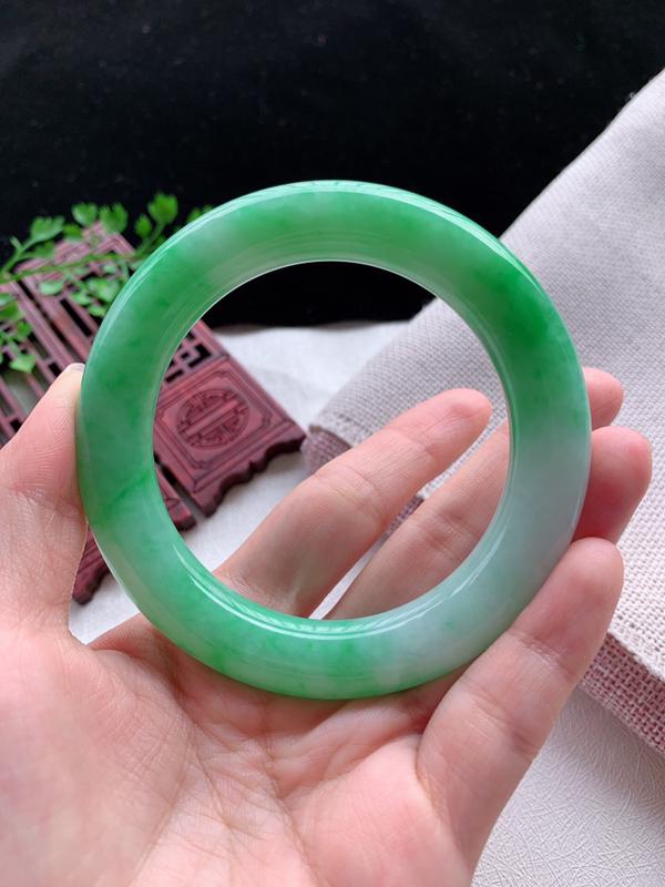 圆条56-57圈口老坑飘阳绿缅甸天然翡翠A货手镯,尺寸56.5×11.4×11.8mm重量77.73
