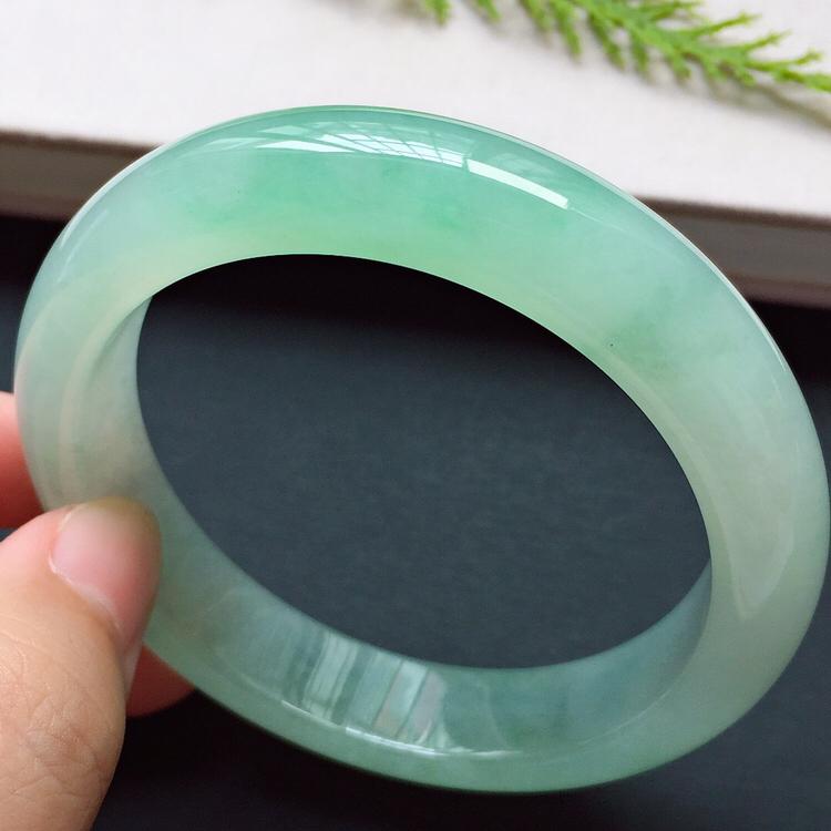 正圈54.2mm,冰种淡绿手镯,质地水润,清新贵气