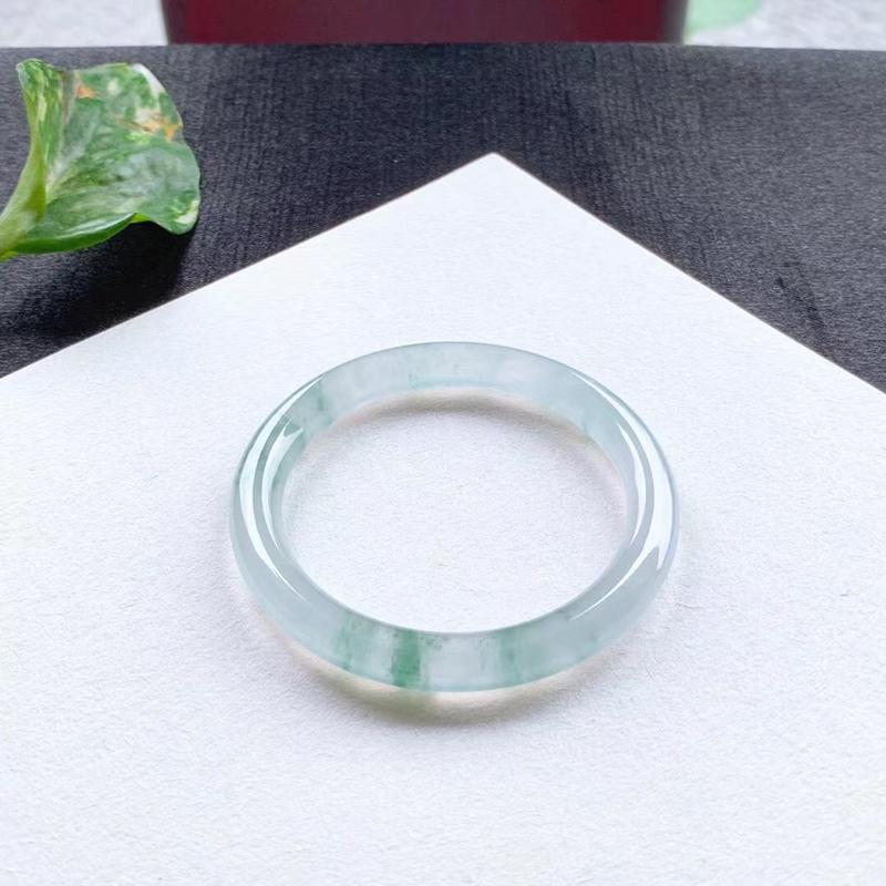 老坑冰花圆条手镯,尺寸49.5*7*8 高冰种水,纯净细腻,通透无比,清澈水灵,起光起胶,花色清新!