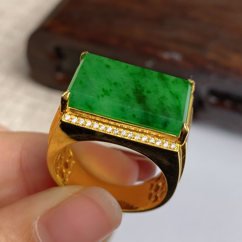 A货翡翠-种好满绿18k金伴钻马鞍戒指,尺寸-裸石19.6*13.1*3.2mm整体22*16.5*