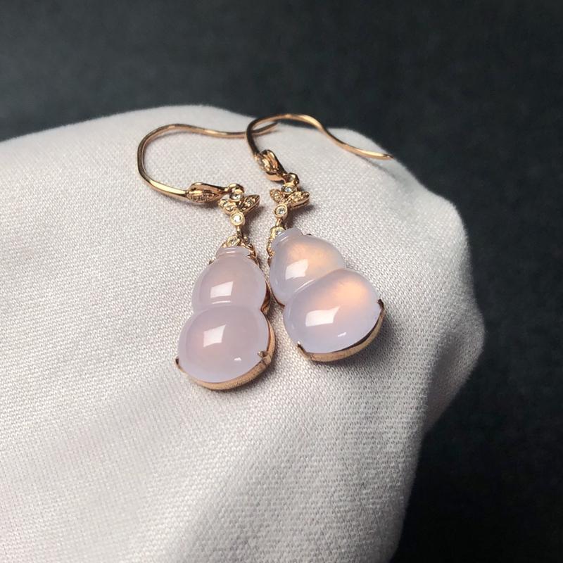 冰润紫罗兰翡翠葫芦耳坠,底子干净,细腻温润,粉紫色很温柔,甜美大方,18k金镶嵌!裸石取一:8.3*