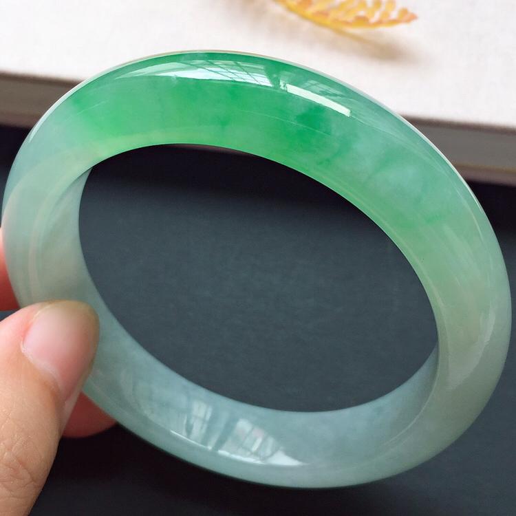 正圈54.8mm,冰糯种阳绿手镯,水润质地,鲜艳夺目