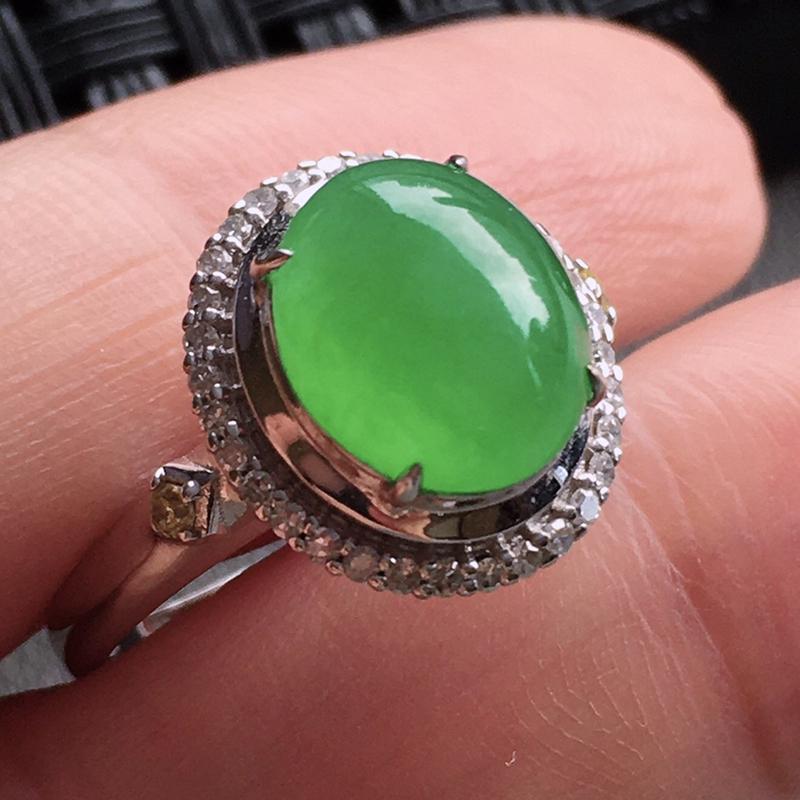 #自然光实拍# 满绿蛋面戒指 玉质细腻,种老起胶,上手效果很赞。18k金天然钻石镶嵌。裸石:9.4*