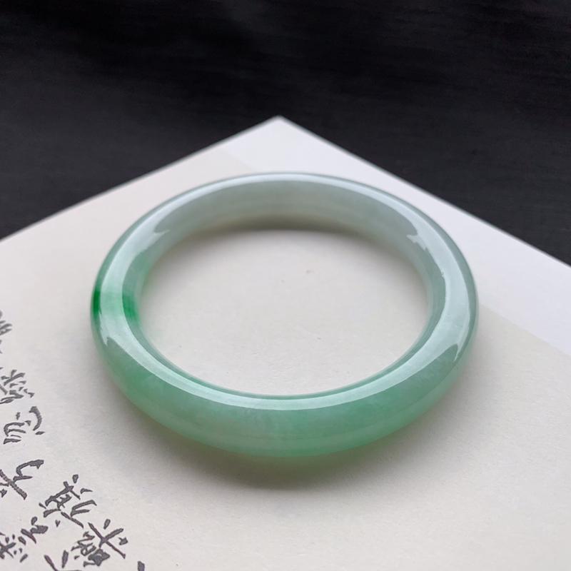 尺寸 55.6*8.7*8.8 糯种飘绿圆条手镯,玉质温润,一抹色泽亮丽迷人!